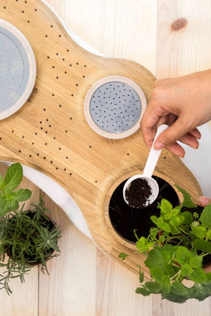 Living in a small apartment doesn't mean you can't do your part. Learn how to compost in an apartment with our apartment composting guide... Image by Uncommon Goods #apartmentcomposting #sustainablejungle