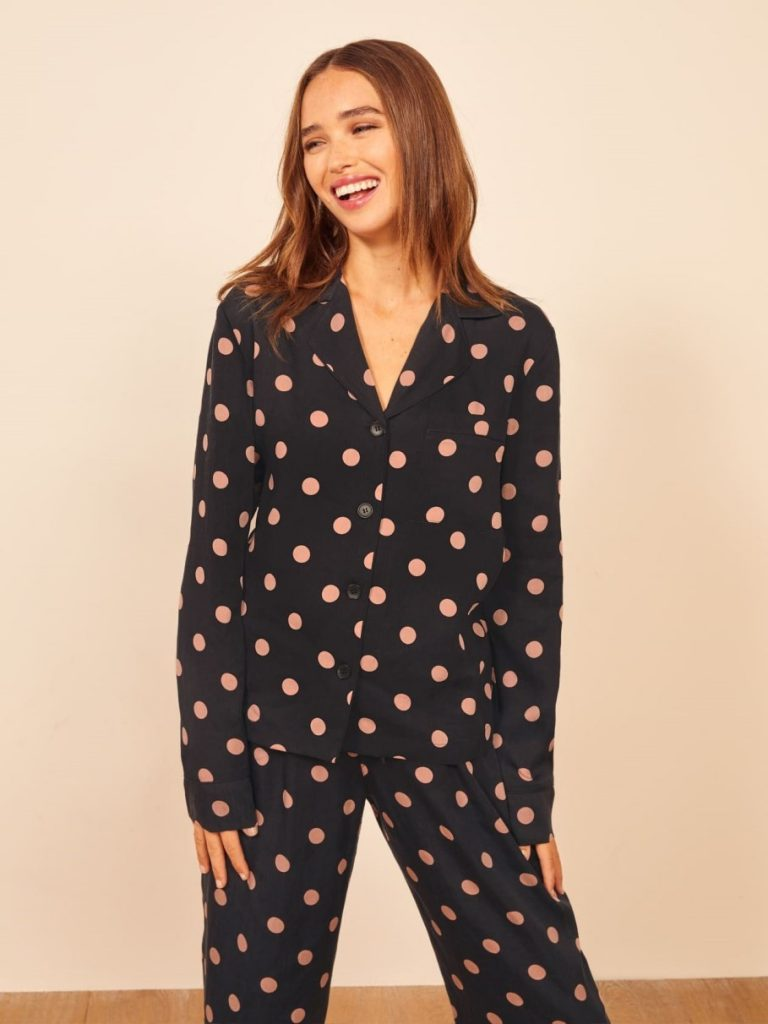 While some of you may prefer to sleep in your sustainable skivvies and others in some luxe lingerie, sometimes you just need a good old fashioned pair of lounge PJs Image by Reformation #fairtradepajamas #sustainablesleepwear