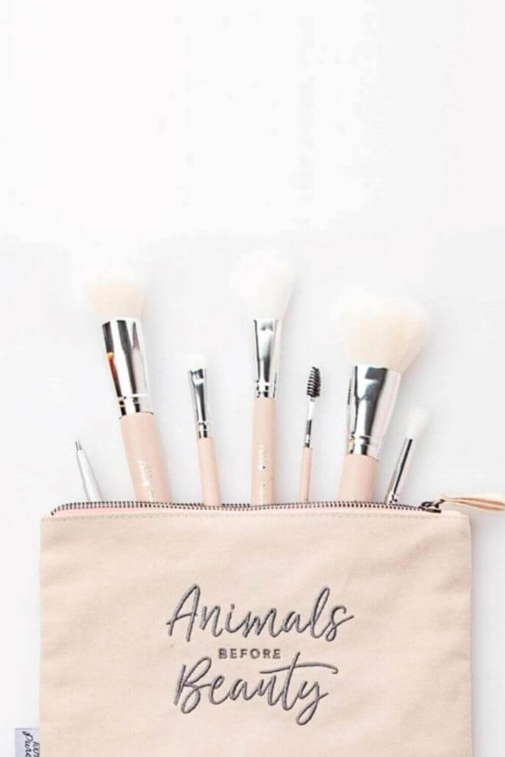 We've sought out the best cruelty free vegan makeup brushes to give you the tools (literally) to make your ENTIRE makeup routine absent the animals. Image by 100% Pure #veganmakeupbrushes #sustainablejungle
