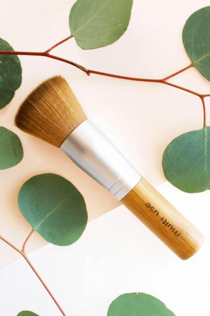We've sought out the best cruelty free vegan makeup brushes to give you the tools (literally) to make your ENTIRE makeup routine absent the animals. Image by Elate Cosmetics #veganmakeupbrushes #sustainablejungle