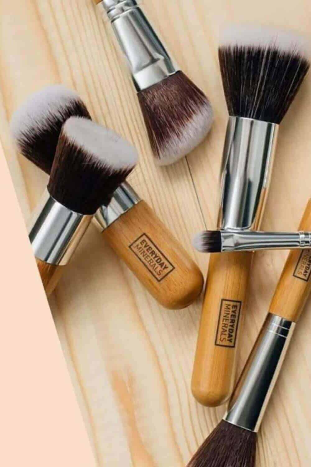 We've sought out the best cruelty free vegan makeup brushes to give you the tools (literally) to make your ENTIRE makeup routine absent the animals. Image by Everyday Minerals #veganmakeupbrushes #sustainablejungle