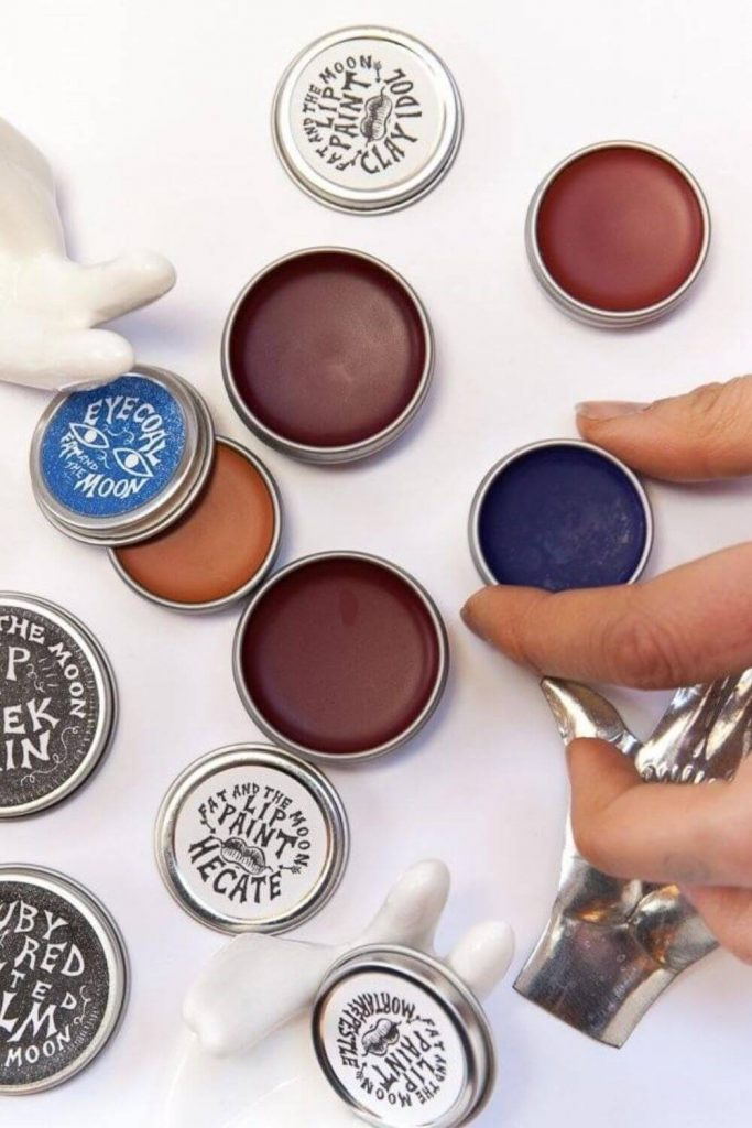 On the look out for sustainable and eco friendly makeup? Thankfully, there are quite a few ethical makeup brands out there to choose from. And many are available and based in the UK and US! Image by Fat and the Moon #ecofriendlymakeup #sustainablejungle