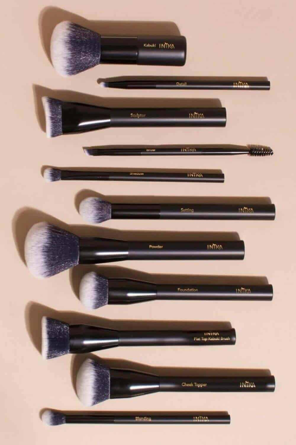 We've sought out the best cruelty free vegan makeup brushes to give you the tools (literally) to make your ENTIRE makeup routine absent the animals. Image by Inika Organic #veganmakeupbrushes #sustainablejungle