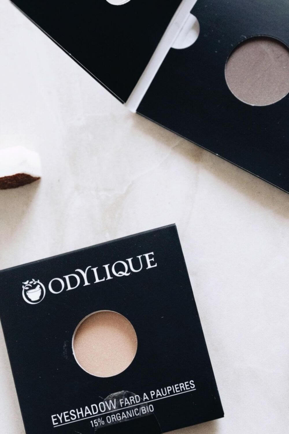 On the look out for sustainable and eco friendly makeup? Thankfully, there are quite a few ethical makeup brands out there to choose from. And many are available and based in the UK and US! Image by Odylique #ecofriendlymakeup #sustainablejungle