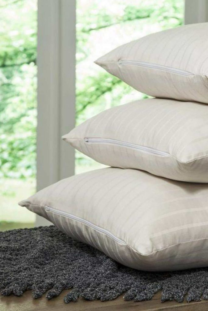 Looking for some sustainable shut eye? We've found some of the best eco friendly pillow brands for the greenest of dreams Image by PlushBeds #sustainablepillows #ecofriendlypillows #sustainablejungle