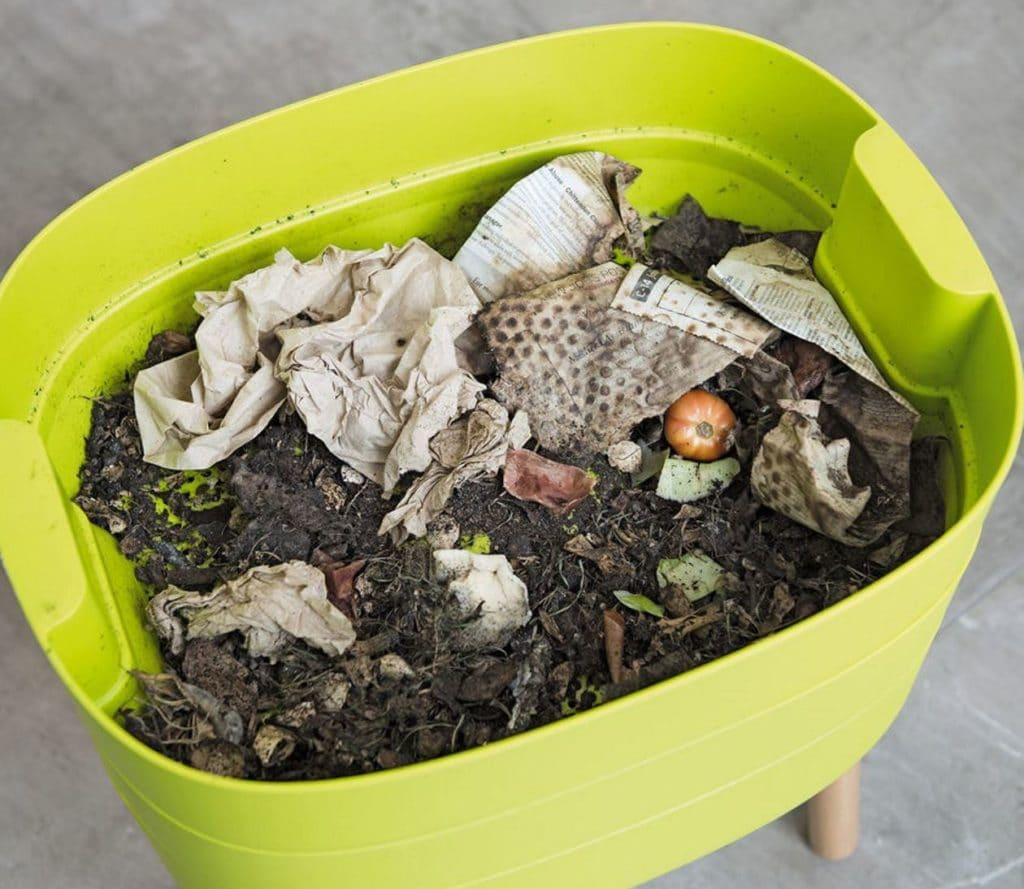 Apartment composting: Because composting has so many benefits, we've created a series of steps and options to help those living in tight quarters still dispose of this waste responsibly. Image by Urbalive #apartmentcomposting #sustainablejungle