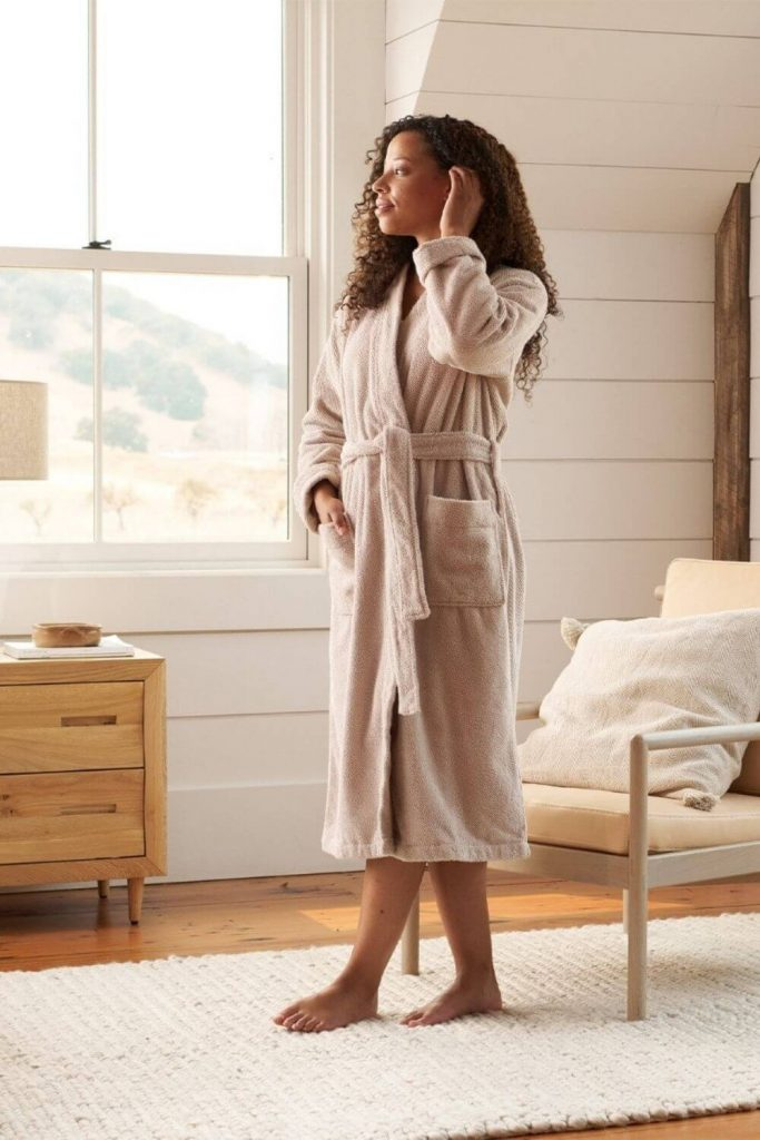 We're cozying up to some of our favorite sustainable and eco friendly robes. Available in all shapes and sizes, they're the perfect way to dress after a hot bath or a cool off in the ocean Image by Coyuchi #ecofriendlyrobes #sustainablejungle