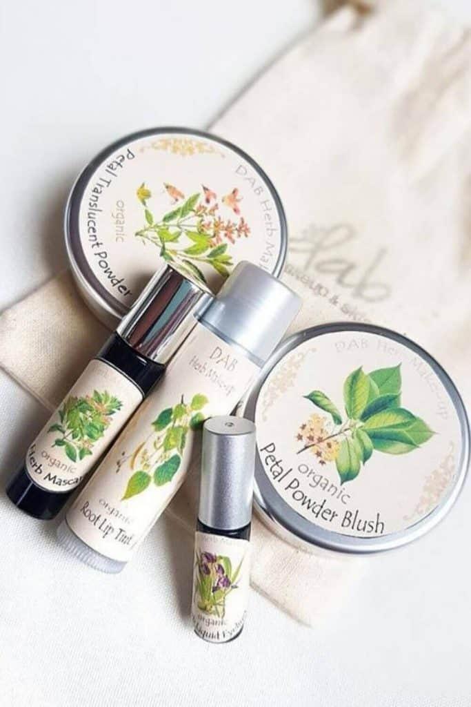 When you buy fair trade gifts, you're supporting a product made by an artisan in (usually) a developing country who's been paid fairly for their labor. Image by Dab Herb Makeup #fairtradegifts #sustainablejungle