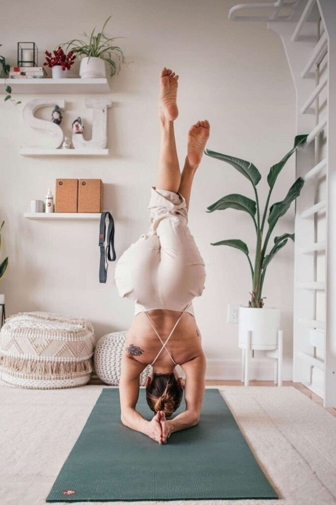 Why should sustainability stand in the way of your mid-morning vinyasa flow? It shouldn't! So, here's the best eco friendly yoga mats. Image by Manduka #ecofriendlyyogamats #sustainableyogamats #sustainablejungle