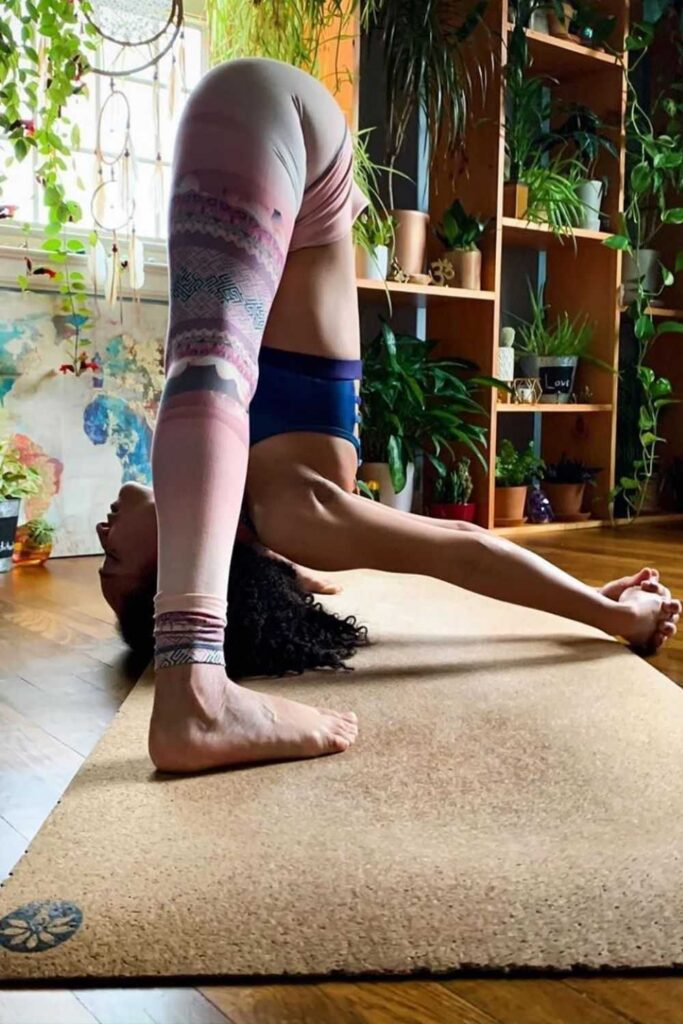 Why should sustainability stand in the way of your mid-morning vinyasa flow? It shouldn't! So, here's the best eco friendly yoga mats.  Image by Yoloha Yoga #ecofriendlyyogamats #sustainableyogamats #sustainablejungle