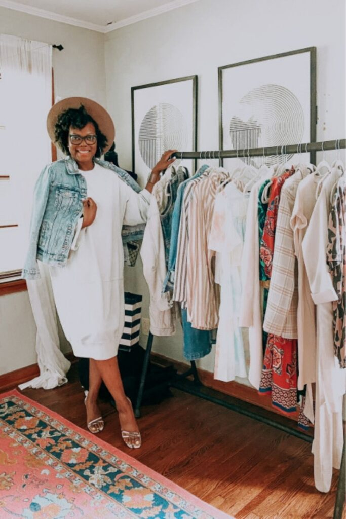 Platforms that allow you to sell used clothes online provide a win-win-win for over-cluttered homes, uncluttered wallets, and the rapidly-cluttering planet. Image by Thredup #sellusedclothesonline #howtosellusedclothesonline #bestplacestosellusedclothesonline #sustainablejungle