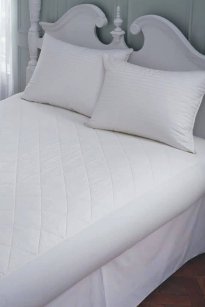 A good natural and organic mattress protector protects you (from dust mites and bacteria), your mattress (from excessive wear and tear), and the planet (from harsh toxins and synthetic materials).  Image by Fig Linens and Home #organicmattressprotector #naturalmattressprotector #sustainablejungle