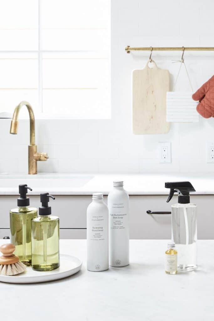 Conventional cleaning products may bring instant shine, but they ironically contribute to toxic waste and plastic pollution. Which is why it's critical to use truly  eco friendly cleaning products. Image by Grove Collaborative #ecofriendlycleaningproducts #naturalcleaningproducts #sustainablejungle