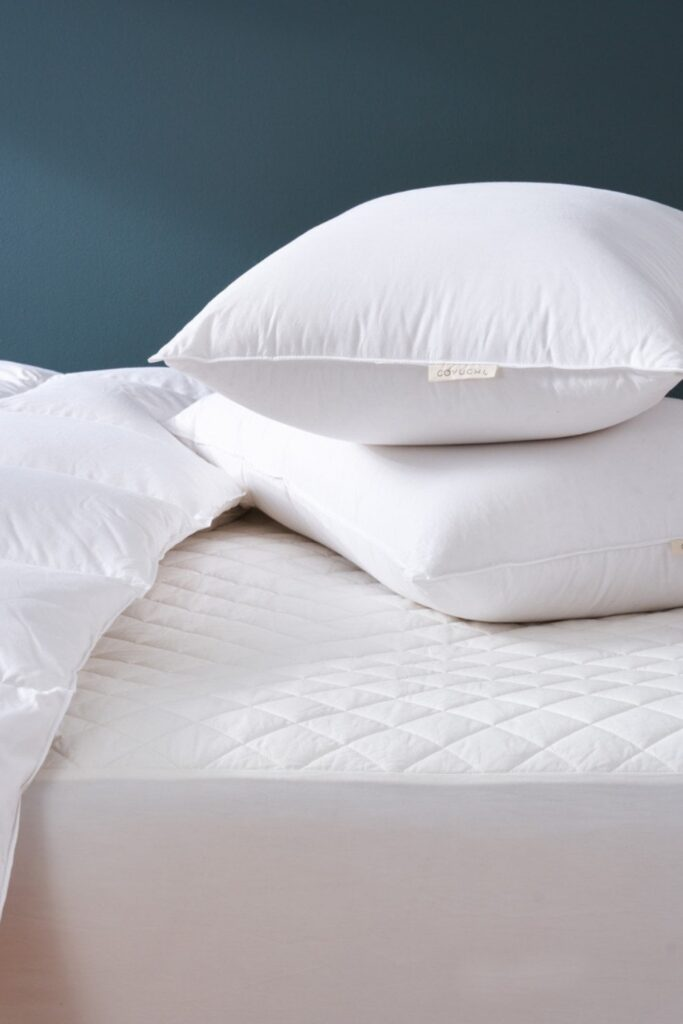 A good natural and organic mattress protector protects you (from dust mites and bacteria), your mattress (from excessive wear and tear), and the planet (from harsh toxins and synthetic materials).  Image by Coyuchi #organicmattressprotector #naturalmattressprotector #sustainablejungle