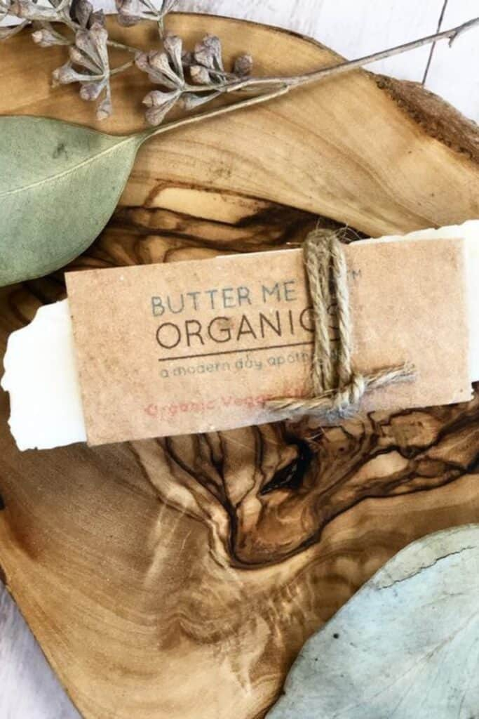 Conventional cleaning products may bring instant shine, but they ironically contribute to toxic waste and plastic pollution. Which is why it's critical to use truly  eco friendly cleaning products. Image by Butter Me Up Organics #ecofriendlycleaningproducts #naturalcleaningproducts #sustainablejungle