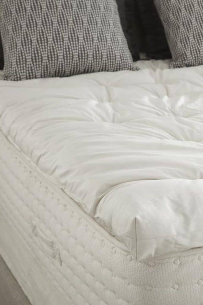 A good natural and organic mattress protector protects you (from dust mites and bacteria), your mattress (from excessive wear and tear), and the planet (from harsh toxins and synthetic materials).  Image by PlushBeds #organicmattressprotector #naturalmattressprotector #sustainablejungle