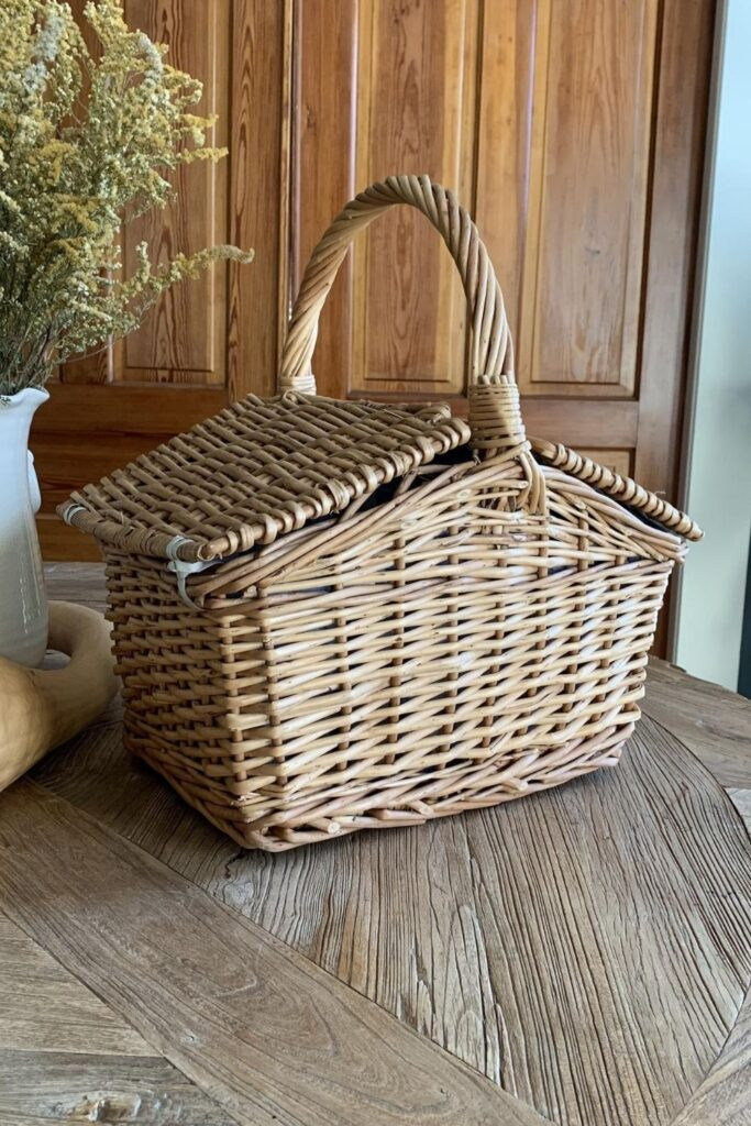 To truly enjoy the great outdoors, we should all do our part to protect them. And that goes for all stages of the picnicking process, from meal planning to packing it all up in an eco friendly picnic basket. Image by Gooses Willow (Etsy Vintage) #ecofriendlypicnicbaskets #sustainablepicnicbaskets #ecofriendlypicnic