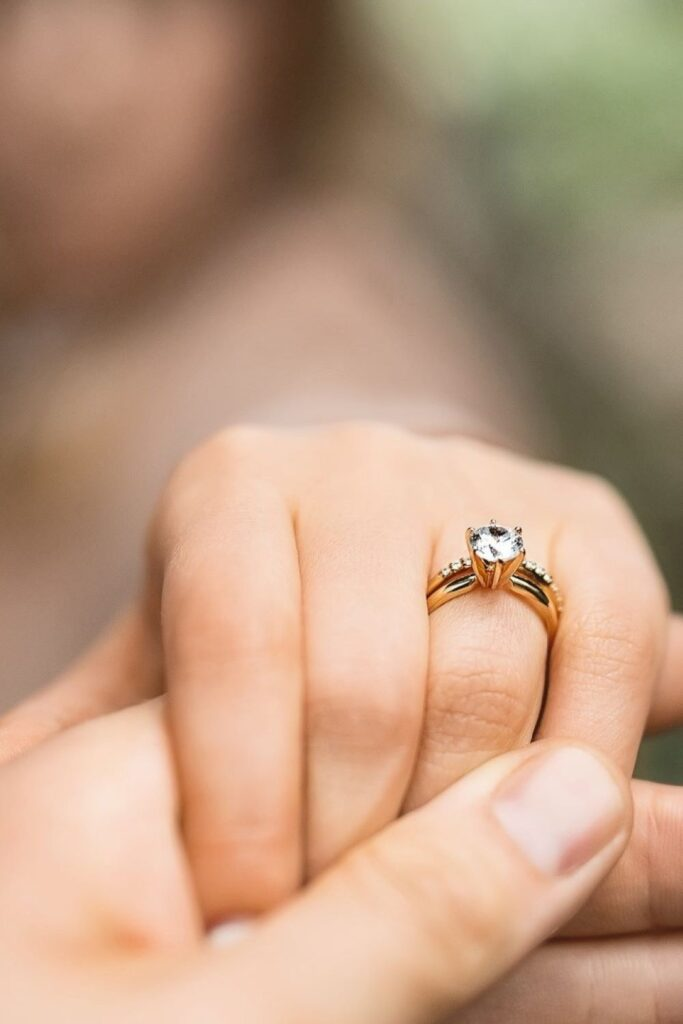 These makers of eco friendly and ethical engagement rings show transparency, socially-responsible sourcing, and sustainable materials that make diamonds shine all the brighter. Image by MiaDonna #ethicalengagementrings #sustainablejungle