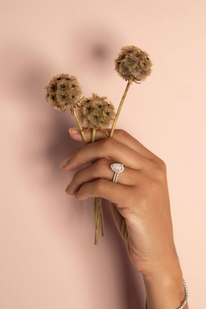 These makers of eco friendly and ethical engagement rings show transparency, socially-responsible sourcing, and sustainable materials that make diamonds shine all the brighter. Image by Vrai #ethicalengagementrings #sustainablejungle