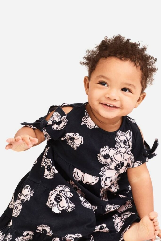 Oh baby! Let's talk onesies, bodysuits, and cute baby outfits that won't break the bank or planet. In other words, let's talk: affordable organic baby clothes. Image by Art & Eden #affordableorganicbabyclothes #affordableorganicbabyclothing #gotsbabyclothes #sustainableaffordableorganicbabyclothing #sustainablejungle