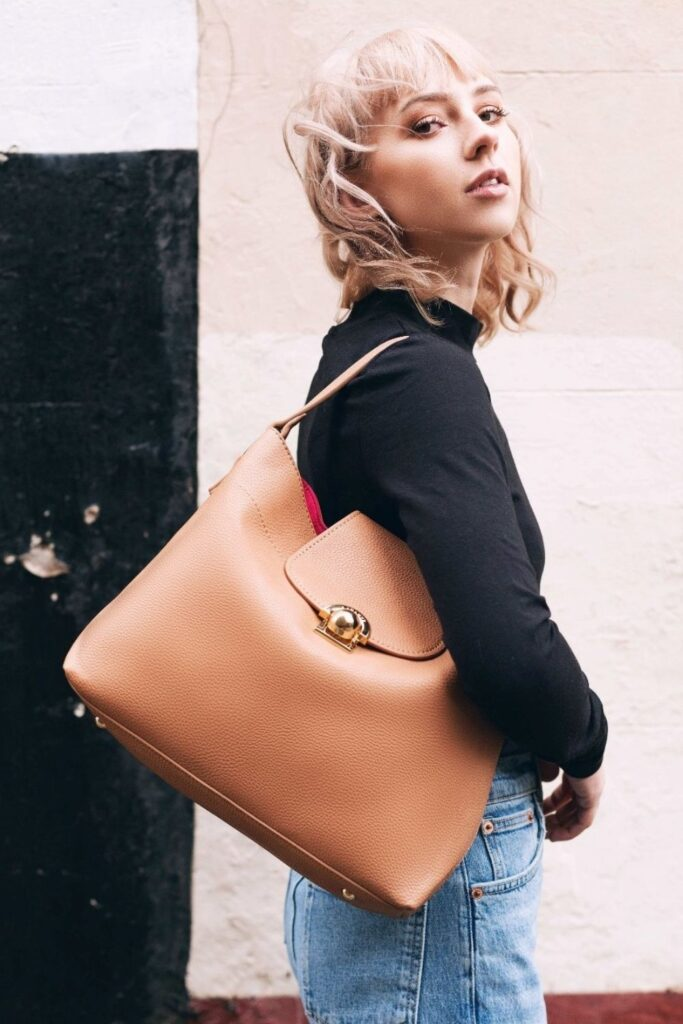 These conscious brands making vegan handbags and purses demonstrate nothing needs to die so we can accessorize. To-die-for is just an expression, after all! Image by LaBante #veganhandbags #luxuryveganhandbags #veganhandbagbrands #veganpurses #veganpursesbrands #bestveganpurses #veganbags #sustainablejungle
