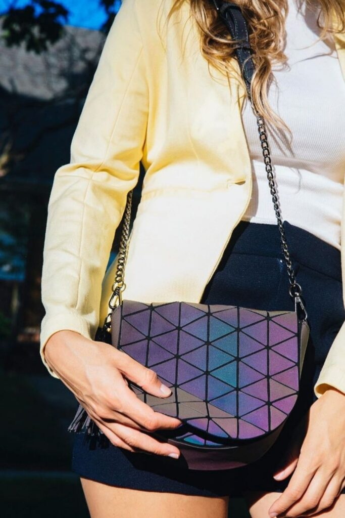 These conscious brands making vegan handbags and purses demonstrate nothing needs to die so we can accessorize. To-die-for is just an expression, after all! Image by Kindly Free #veganhandbags #luxuryveganhandbags #veganhandbagbrands #veganpurses #veganpursesbrands #bestveganpurses #veganbags #sustainablejungle
