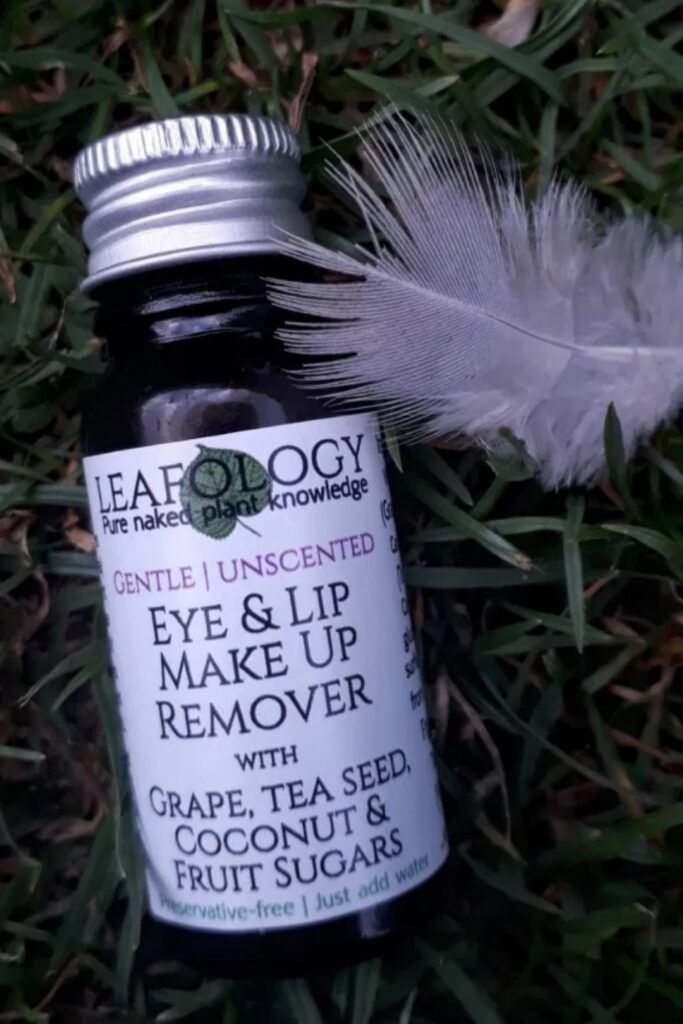 Zero waste makeup remover is totally possible. Aside from shunning the plastic bottle, most zero waste alternatives are made with ingredients that are far better for your face and our planet. Image by Leafology #zerowastemakeupremover #zerowastemakeupremoverpads #sustainablejungle