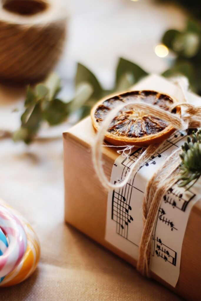 While there are endless possibilities for the creative mind, here are eight zero waste wrapping ideas to surprise your loved one with just a little bit of extra care Photo by Melnychuk Nataliya on Unsplash #zerowastewrapping #sustainablejungle