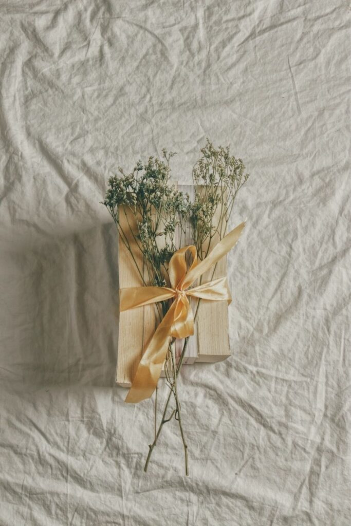 While there are endless possibilities for the creative mind, here are eight zero waste wrapping ideas to surprise your loved one with just a little bit of extra care Photo by Micheile Henderson on Unsplash #zerowastewrapping #sustainablejungle