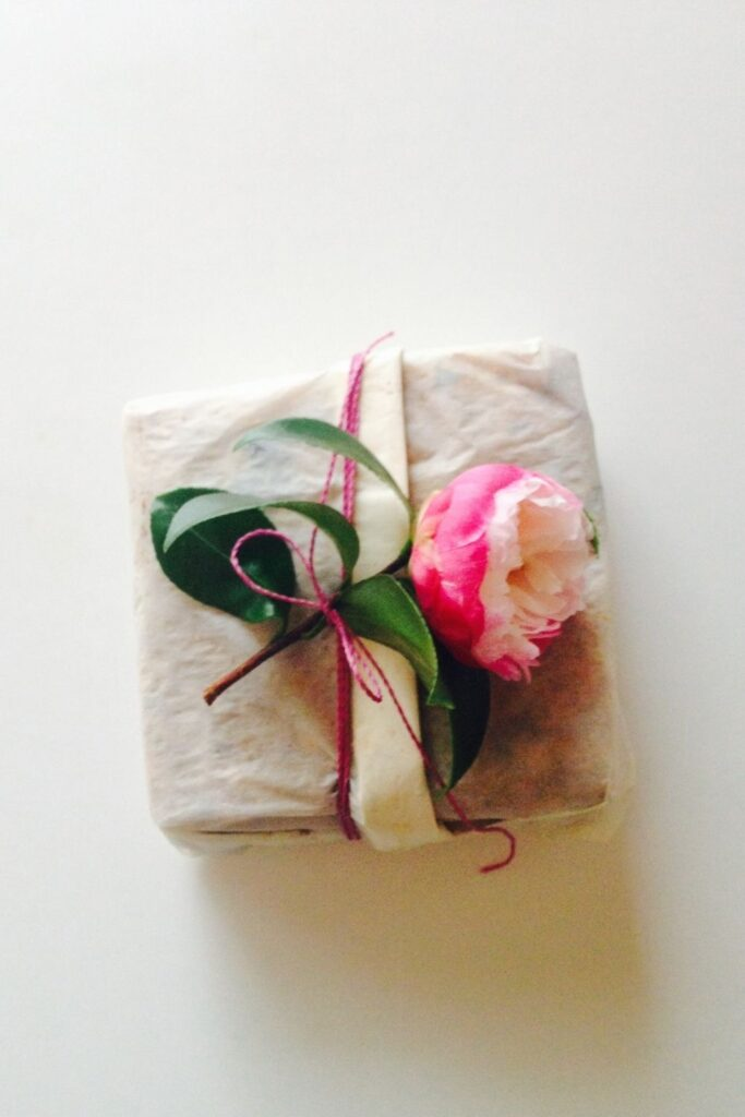 While there are endless possibilities for the creative mind, here are eight zero waste wrapping ideas to surprise your loved one with just a little bit of extra care Photo by Y Tink on Unsplash #zerowastewrapping #sustainablejungle