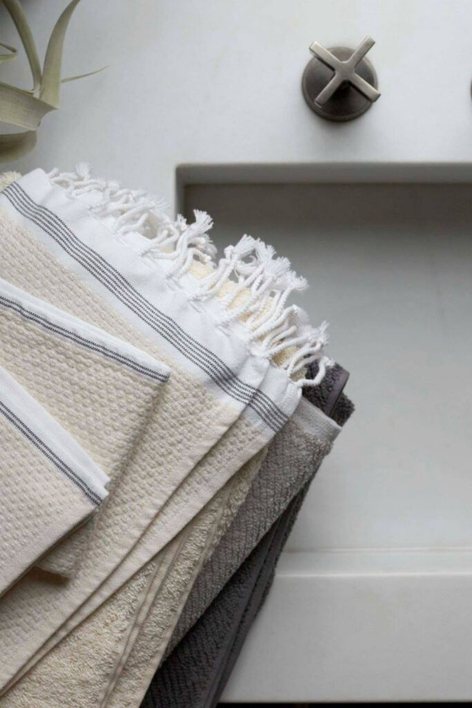 We're taking shower performances to the next level with organic towels and linens from the most sustainable bathroom brands. Image by Coyuchi #organictowels #organiccottontowels #organiccottonbathtowels #bestorganictowels #sustainablejungle