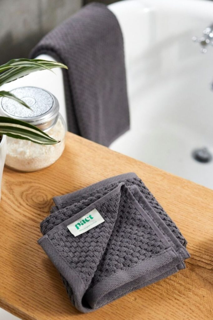 We're taking shower performances to the next level with organic towels and linens from the most sustainable bathroom brands. Image by Pact #organictowels #organiccottontowels #organiccottonbathtowels #bestorganictowels #sustainablejungle