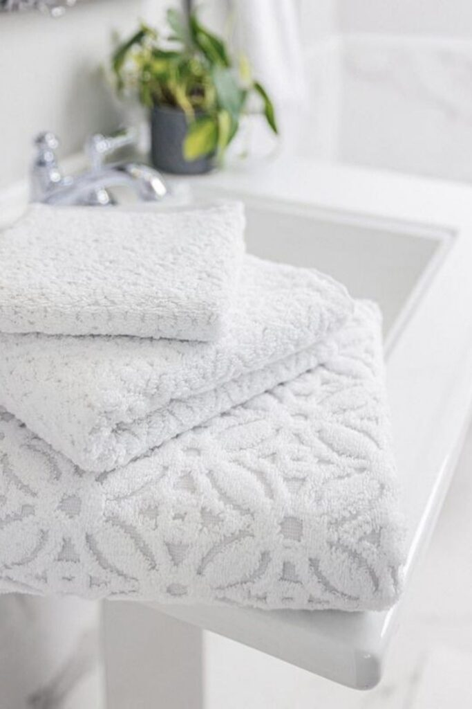 We're taking shower performances to the next level with organic towels and linens from the most sustainable bathroom brands. Image by Grund America #organictowels #organiccottontowels #organiccottonbathtowels #bestorganictowels #sustainablejungle