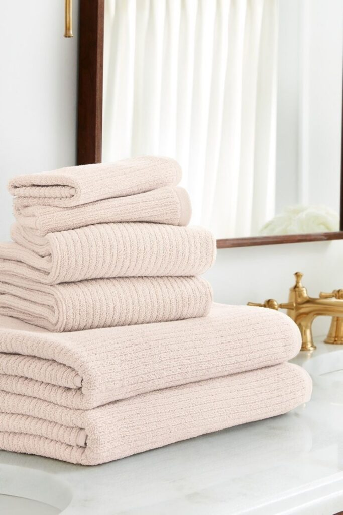 We're taking shower performances to the next level with organic towels and linens from the most sustainable bathroom brands. Image by Boll & Branch #organictowels #organiccottontowels #organiccottonbathtowels #bestorganictowels #sustainablejungle