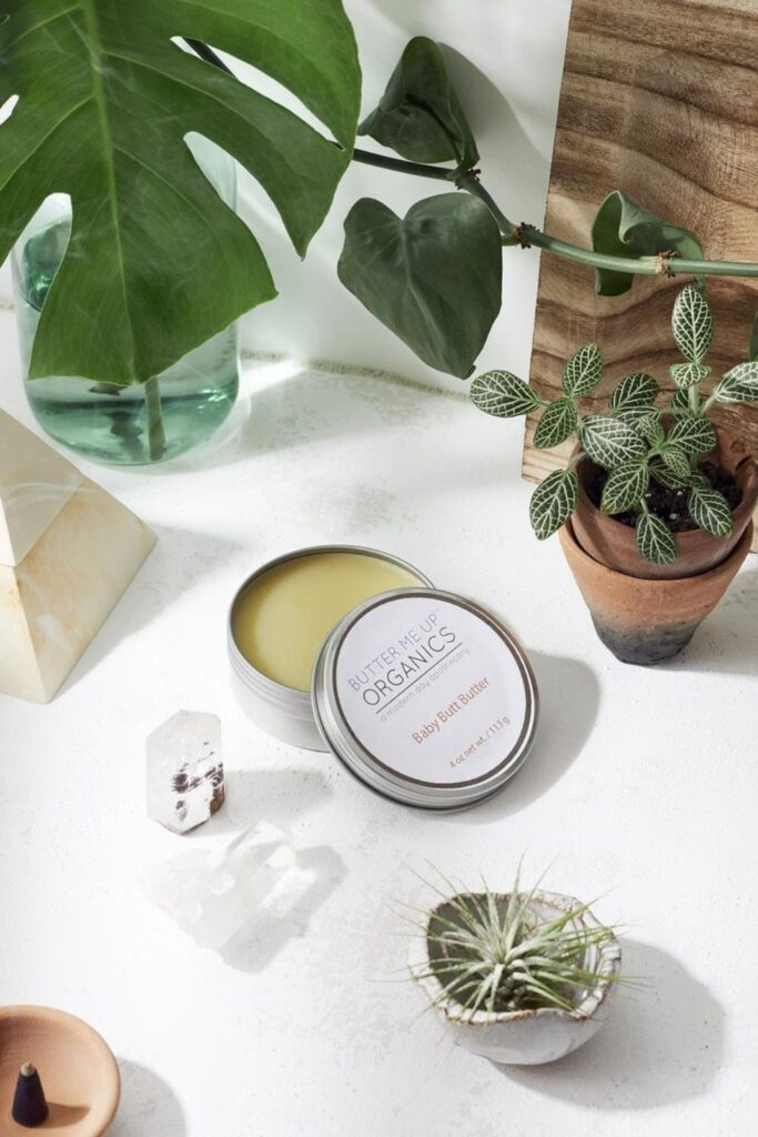 We've rounded up some carefully vetted organic baby products for all areas of newborn parentage—everything from dressing, to sleeping, to playing, to keeping baby's bottom as smooth as, well, a baby's bottom. Image by Butter Me Up Organics #organicbabyproducts #sustainablejungle
