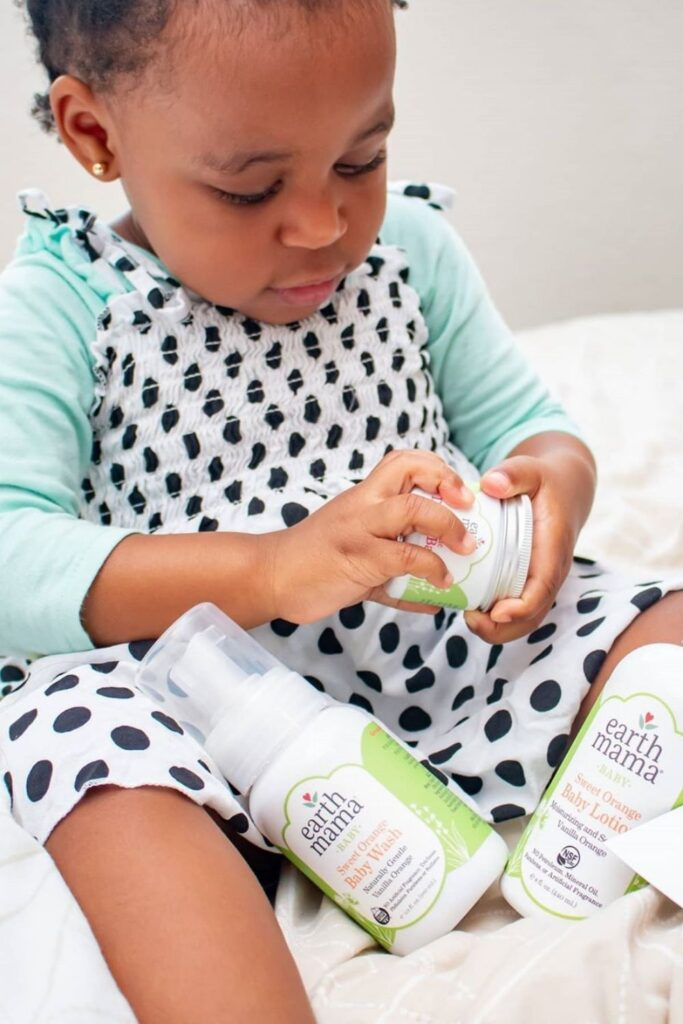 We've rounded up some carefully vetted organic baby products for all areas of newborn parentage—everything from dressing, to sleeping, to playing, to keeping baby's bottom as smooth as, well, a baby's bottom. Image by Earth Mama Organics #organicbabyproducts #sustainablejungle