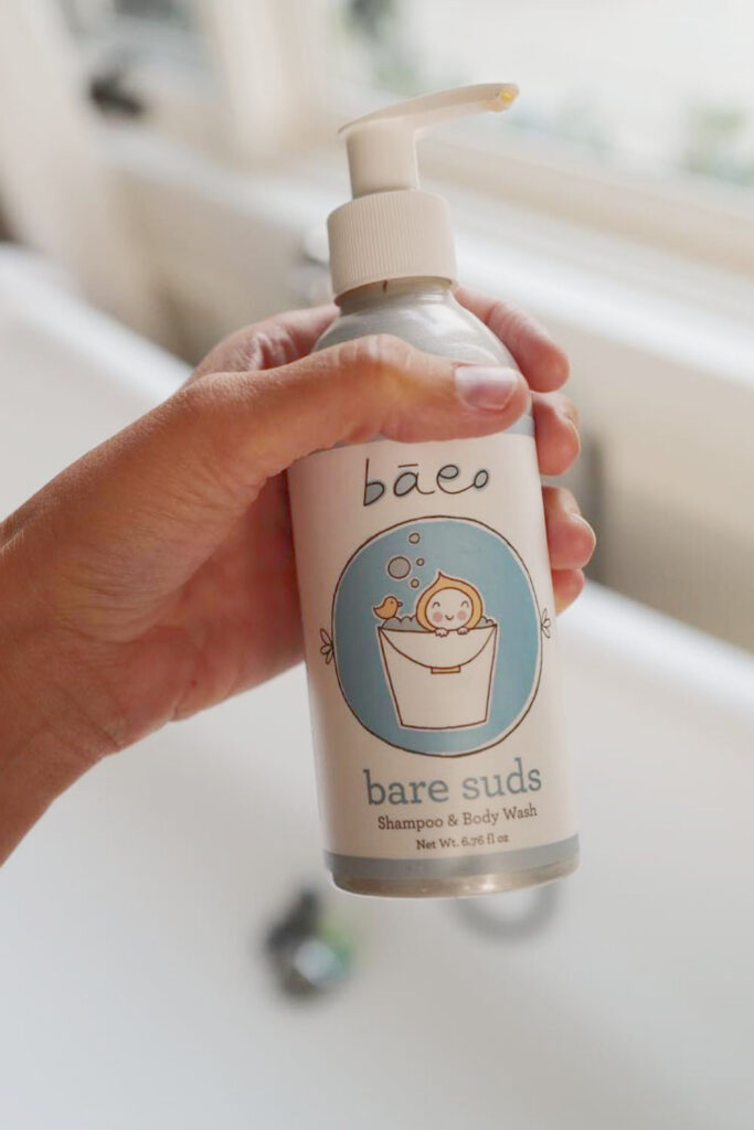 We've rounded up some carefully vetted organic baby products for all areas of newborn parentage—everything from dressing, to sleeping, to playing, to keeping baby's bottom as smooth as, well, a baby's bottom.   Image by bāeo #organicbabyproducts #sustainablejungle