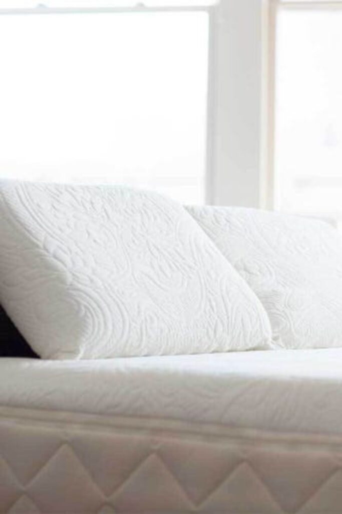 You don't need to start a (pillow) fight, choose organic pillows to give yourself the best sustainable slumber... Image by Happsy #organicpillows #bestorganicpillows #naturalorganicpillows #organiclatexpillows #organicdownpillows