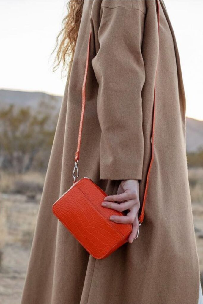 Between jewelry containing toxic substances, plastic sunglasses that contribute to already-growing levels of ocean pollution, and handbags and wallets made with chemical-soaked leather, there's a need for more sustainable accessories. Image by Hyer Goods #sustainableaccessories #sustainablejungle