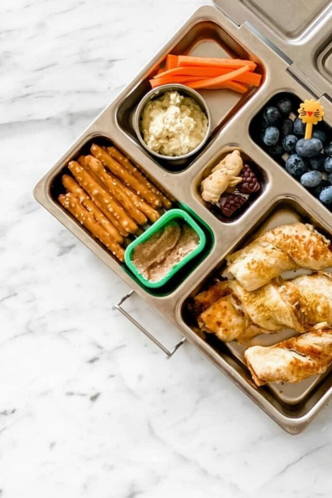 Lunch is served! We have rounded up some of the best eco friendly lunch bags and boxes we could find and are serving them up on a neat little platter just for you. Image by PlanetBox #ecofriendlylunchbags #ecofriendlylunchboxes #sustainablejungle