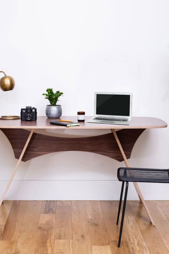 You probably spend more time in your home office than you'd like to, which means more reason to fill it with products that you feel good about and keep you safe. Knowing you're sitting at an eco friendly desk might just make those long hours staring at the computer a little less draining. Image by Vivaterra #ecofriendlydesks #sustainablejungle